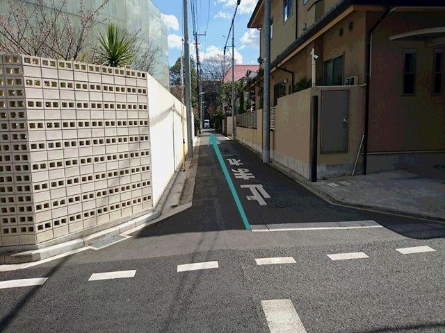 【道順2】真っ直ぐ進み袋小路手前左側が駐車場になります。