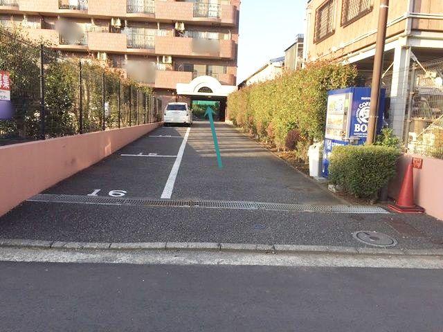 こちらが駐車場出入り口です。