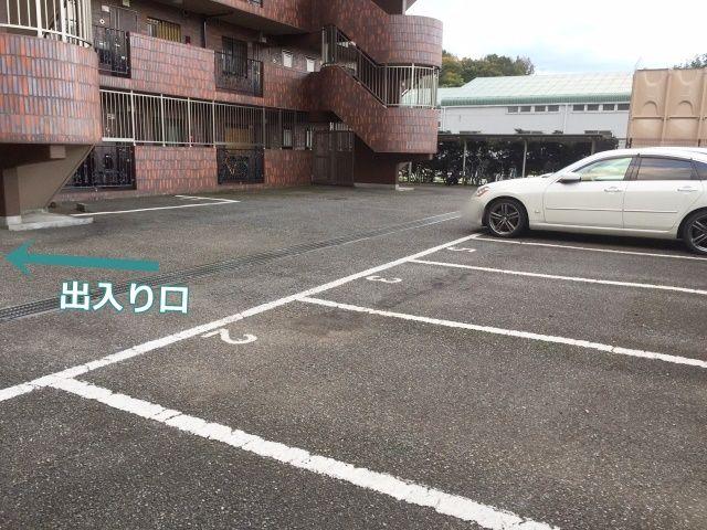 駐車場内の景色。※奥への通り抜けはできません※