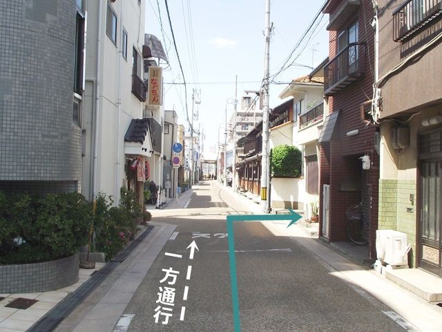【道順1】南港通(府道186号線)の「平野公園東口交差点」から阪神高速14号線方面へ向かって進み、4つ目の信号を「右折」して「北」へと220m程進んだ、右折地点から3つ目の十字路を「右折」してください