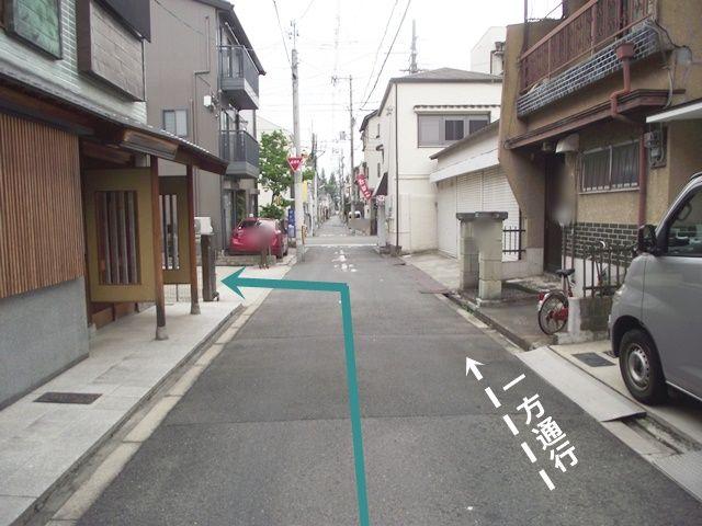 【道順2】十字路を右折後、100m程進むと左手にご利用駐車場がございますので「左折」してください。