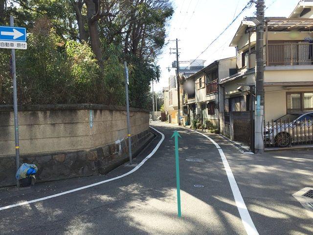 1.「鳴尾北幼稚園」前の交差点を「南東」にお進みいただき、3つ目の角を「右折」し、その後すぐ「左折」してください。