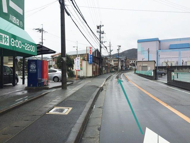 【道順2】左側に「業務用スーパー川西店」が見えてきます。そこも直進してください。