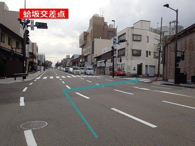 【道順1】蛤坂交差点を南西の方向に曲がってください。