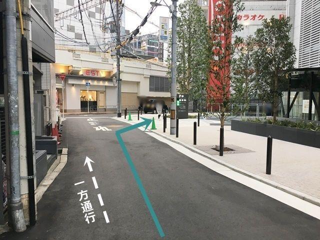 5.右折後直進し、突き当りのT字路手前で「右折」し駐車場入り口へと進んでください。