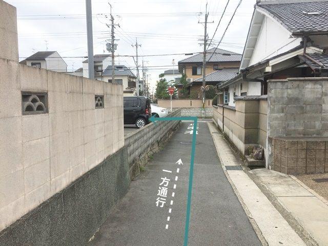 【道順5】このまま突き当たりまで進み、突き当たりのT字路を「左折」しますと、ご利用駐車場になります。