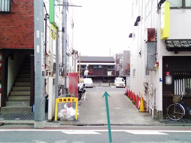 【道順1】こちらが駐車場入口になります。歩行者に気をつけて進入してください。