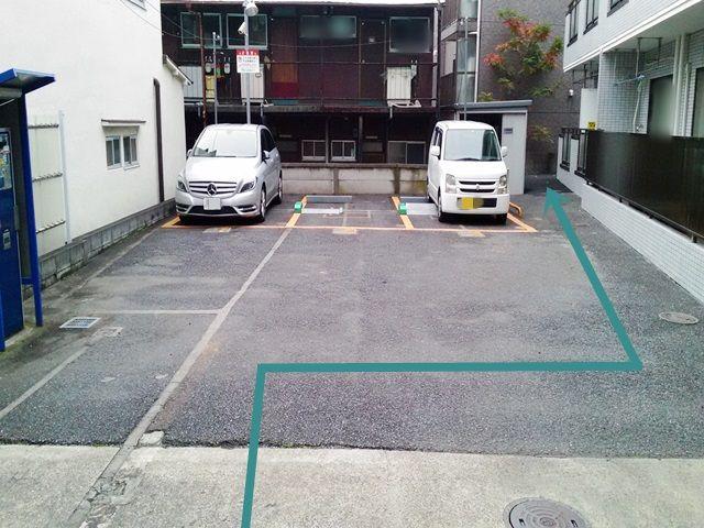 【道順2】コインパーキング用駐車スペースの右側を通って奥に進んでください。