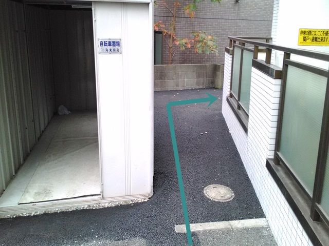 【道順3】奥に進んだら、右に入ってください。