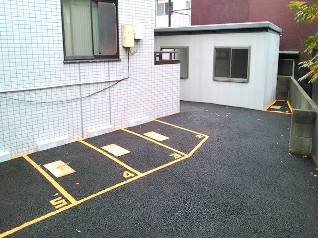 【道順4】こちらが駐車スペースになります。ブロック壁等に気をつけて、ご予約されたスペースに駐車してください。