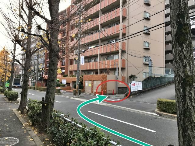 【道順3】直進すると、右手にある月極駐車場入り口と茶色のマンションに挟まれた通路に入ります。