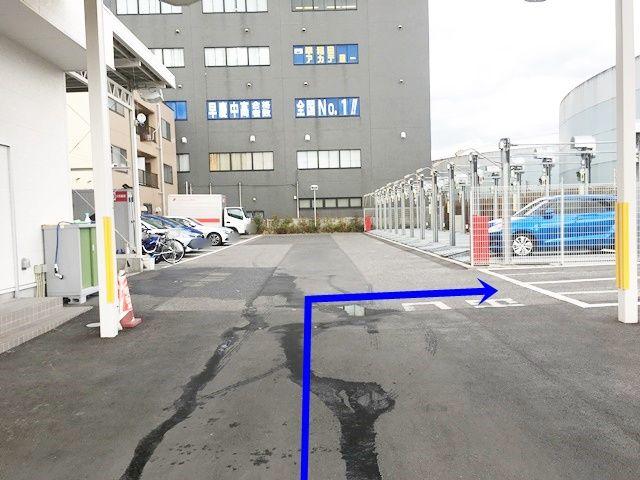 店舗入口から入場後すぐの、右側にございます。