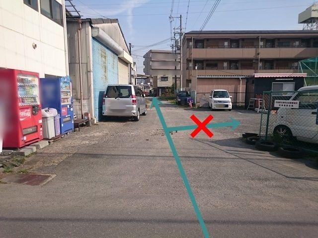 2.駐車場まで直進してください。右手にある駐車場は別駐車場です。