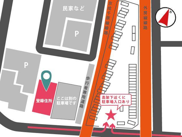 線路と線路の間にある駐車場です。登録住所との位置関係もご参考ください。