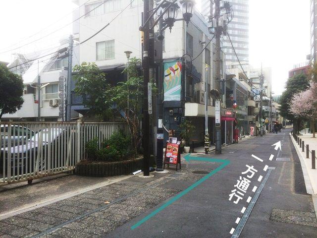 【道順1】「都道319号線(外苑東通り)」の「東京ミッドタウン前交差点」から「乃木坂駅(北西)」方面へお進みいただき、1つ目の角を「左折」し、少し直進していただくと2つ目の角を「左折」してください。