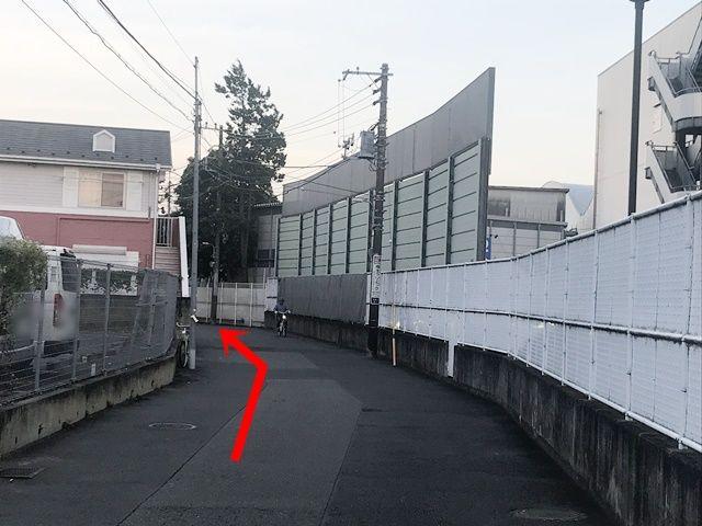 駐車場周辺の風景です。矢印の方向に進んでください。