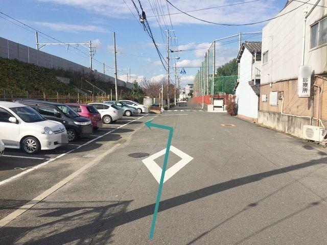 6.左折すると左側に駐車場があります。