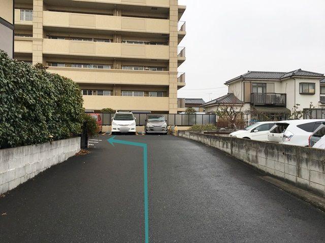 【順路1】入口から入って左手に曲がると月極スペースがあります。ご予約された駐車場に間違いないか確認し、ご予約されたスペースに駐車してください。