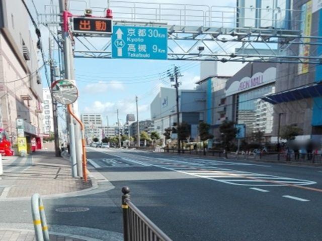 京都高槻方面に向かって左側にイオンモール茨木右側に眼鏡市場があります。眼鏡市場と消防署の間を曲がってください