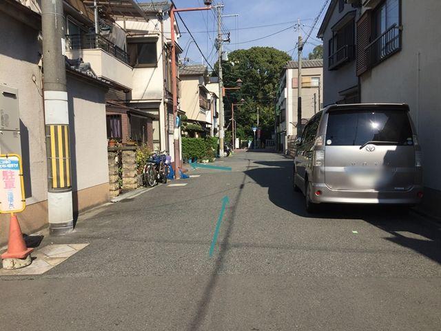 【順路2】左折後、住宅地を直進します。