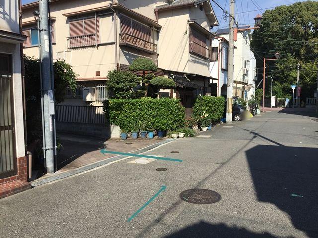 【順路3】住宅の間の赤いタイルの道を左折します。