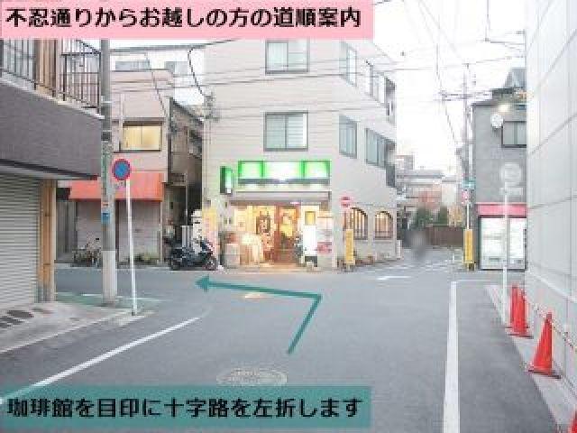 【道順2】すぐにある十字路を左折します。