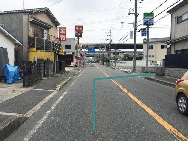 【道順1】「大野芝中交差点」から「中茶屋北交差点」へ「南東」に進み、「ファミリーマート堺中茶屋北店」の手前の道を「右折」してください。