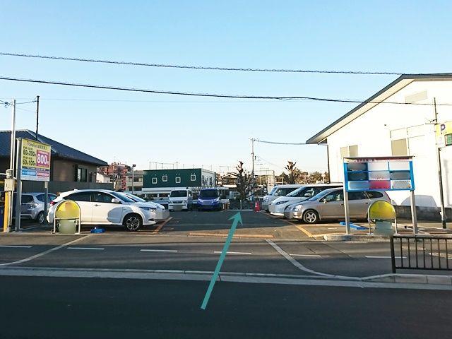 【道順1】駐車場出入口から入って、右奥側にご利用駐車場があります。ご予約時のスペースに駐車してください。
