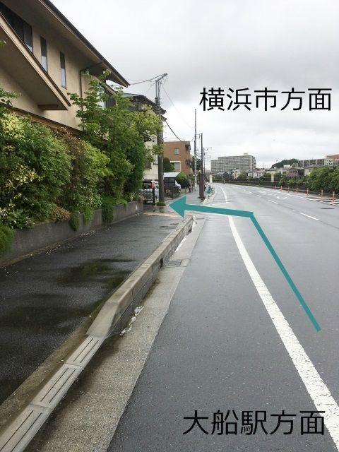 道順1. 一面緑色で覆われた家を過ぎたところで左折して下さい