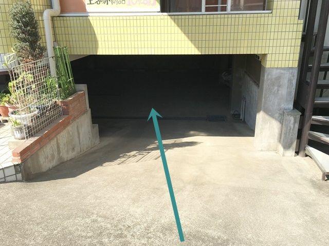 【道順1】ポティロン・シャトーヴェルテⅠ「南側」の道路から地下駐車場へと進入してください。