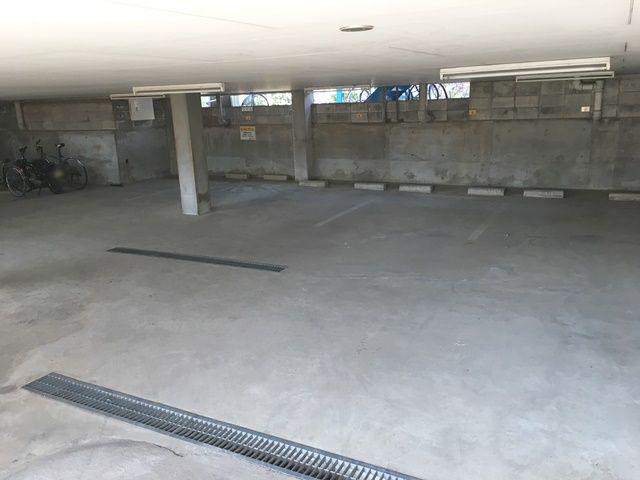 【道順2】傾斜に注意して地下へと進み、ご予約されたスペースに駐車してください。