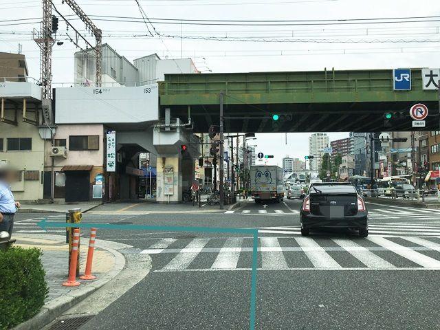 1.大正通(府道173号線)「三軒家交差点」から「北東」に進み、「大正駅前交差点」を「左折」してください。