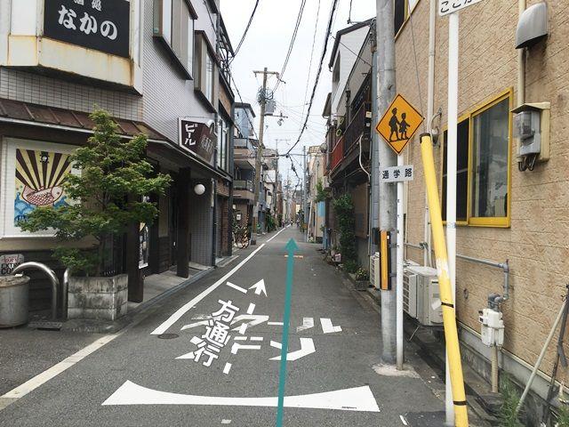 4.一方通行の道になります。しばらく直進してください。