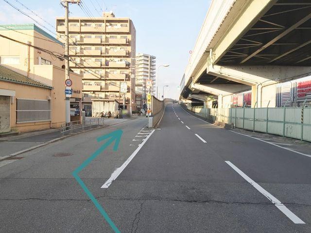 【道順1】「加島」の交差点から、豊中方面へ向かう道を直進し側道へ進んで下さい。