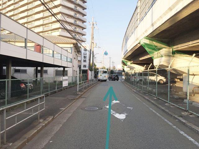 【道順3】直進すると、「福山製紙㈱」様の看板が見えてきます。さらに直進して下さい。