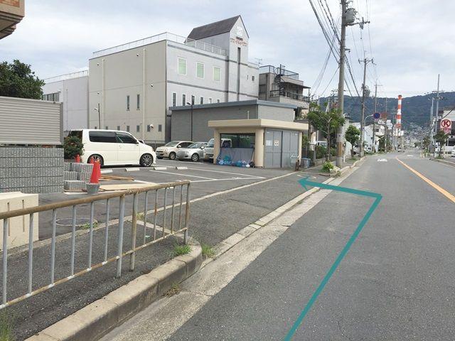 【道順8】駐車場出入口の写真です。歩行者等に気をつけて中へお進みください。