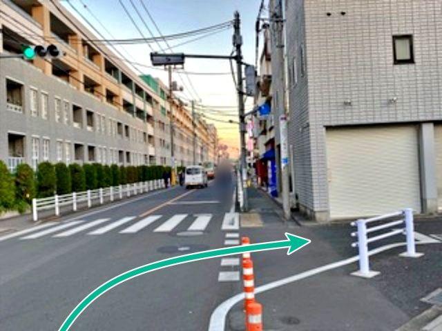 武蔵野中央公園沿いのバス通り(右折点)