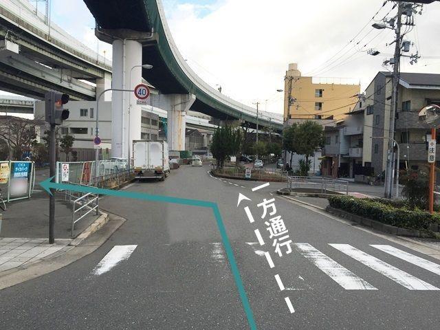 4.こちらの道へ入ってすぐ左側にご利用駐車場がございますので「左折」してください。