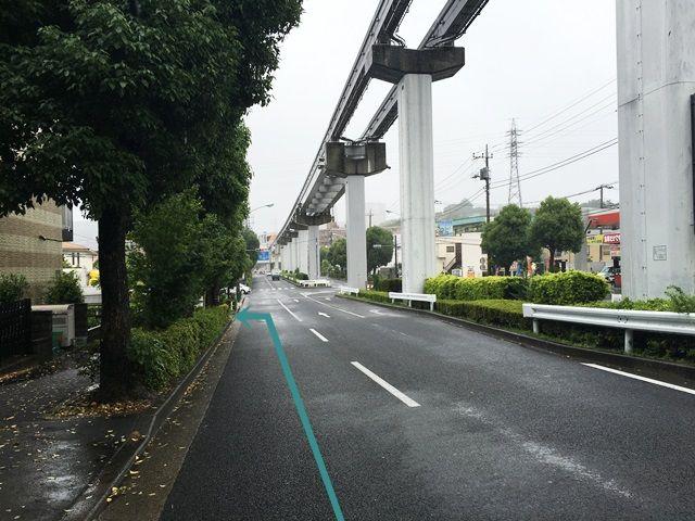 【道順2】1つ目の角を少し直進すると、信号より少し手前の「左側」に駐車場出入口があります。
