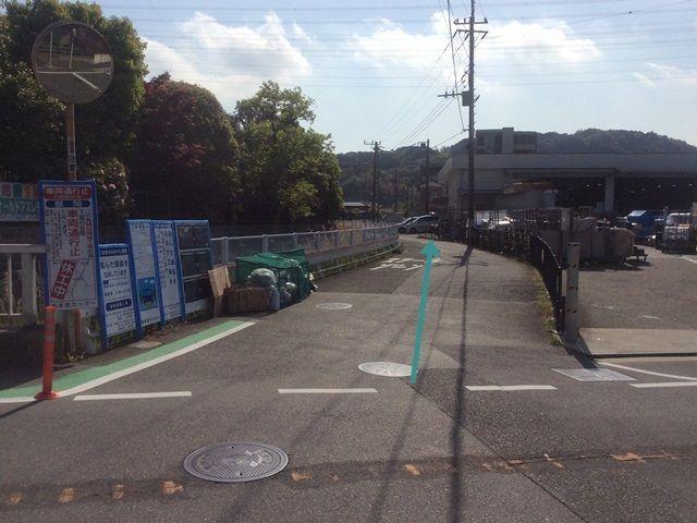 【道順3】駐車場は約100m先の道路に面しています。
