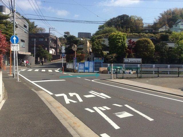 【道順2】交差点右折後、約30m先の十字路を右折します。※次の時間帯(7-9時、16-19時)は右折禁止につき詳細4の経路を参照ください。