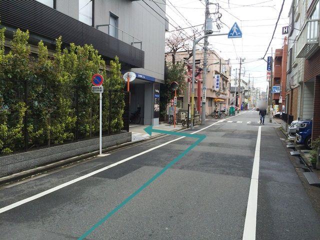 【道順3】「60m」程直進していただきますと、「左手」に駐車場の入口がございます。