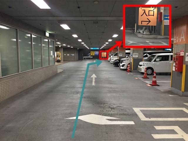 【道順3】直進し、出口の手前を右折しゲート入口へお進み下さい。