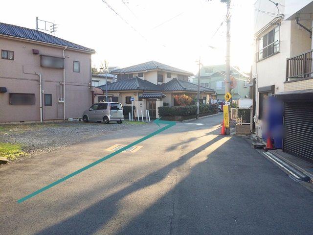 1. 「赤羽西二郵便局」から南に直進し、1つ目の信号を過ぎ、1つ目の角を右折します。この道を直進し、写真を参考に「一方通行の看板」を左折します。