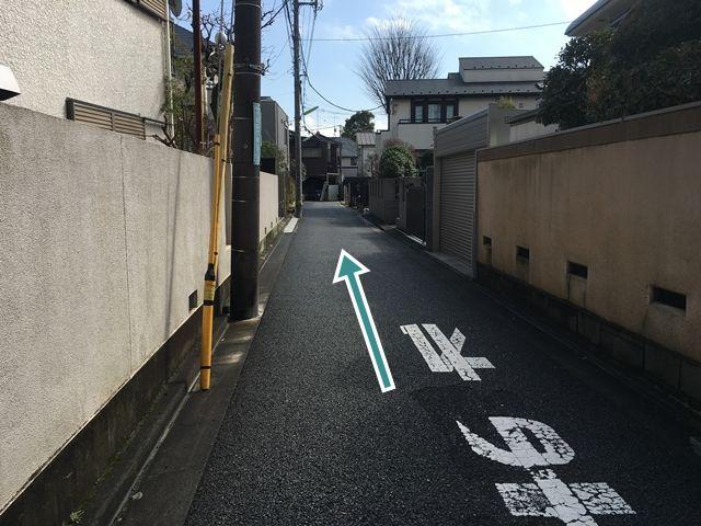 【順路3】左折後直進し、突き当り右側に駐車場がございます