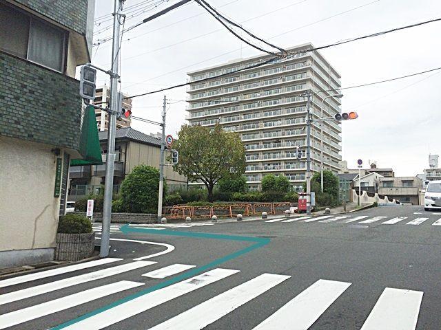 1.「鴫野西2交差点」から「鴫野会館前交差点」へ進み、「鴫野会館前交差点」を「左折」、2つ目の信号を「左折」してください。