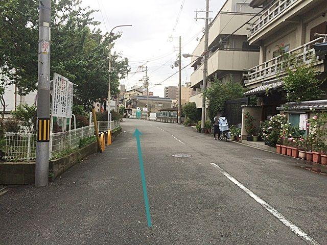 2.しばらく直進し、1つ目の十字路の右側に鴫野橋がありますので、そこを「左折」してください。