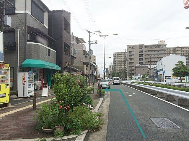 【道順8】3つ目の角を少し進むと「左側」に駐車場があります。