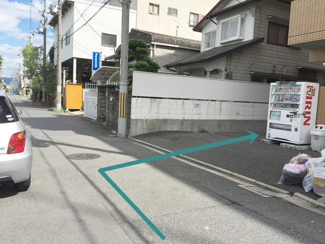 【道順3】マンション【南側】の駐車場にご利用スペースがある場合、マンション東側のわき道より奥へと進んでください。