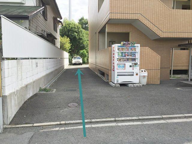 【道順4】わき道を進んだ先に、ご利用駐車場がございます。